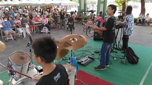 14歲國中生飆吉他 與母對尬《Lion》讓路人雙腳生根圖/翻攝自街頭搖滾少年團 Taiwan臉書
