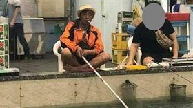 處處有高手!瀟灑阿伯「拖把釣竿」神技 戰果打趴隔壁釣客(釣客/翻攝自報廢公社)