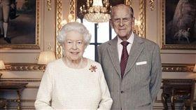 英國女王伊麗莎白二世和夫婿菲立普親王20日將慶祝結婚70週年合影。(圖/翻攝自The Royal Family臉書)