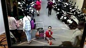 唐男來台逾期未歸,在各地傳統市場裡當起街頭藝人。(圖/翻攝畫面)