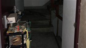 警消破門進入時發現蔡男陳屍房內死亡多時。(圖/翻攝畫面)