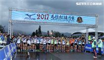 2017 MIZUNO馬拉松接力賽(19)日,五千多名跑者不畏濕冷天氣新北淡金公路熱力點燃,世大運好手齊聚淡金、清大田徑隊破紀錄摘金。(記者邱榮吉/攝影)