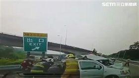 國道三號383公里處高雄燕巢路段今(19)日上午9時許發生車禍事故,一台遊覽車在進入中寮隧道前衝撞前方自小客車。(圖/翻攝畫面)