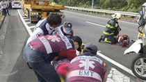 國道3號追撞車禍 4人送醫不治國道3號南向約382公里處19日發生遊覽車追撞自小客車事故,車禍原因疑為遊覽車未保持行車距離追撞,自小客車上4人送醫都傷重不治。圖為救護人員搶救傷者。(翻攝照片)中央社記者陳朝福傳真 106年11月19日