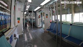 ▲淡海輕軌列車內縱向排列座椅。(圖/新北市政府捷運工程局)