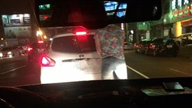 16:9 開車停紅燈…男子衝出來狂撒尿 網傻眼:小狗做記號? 圖/翻攝自爆料公社臉書