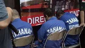 印尼強勢掃毒 外籍毒販判重刑印尼政府大力掃蕩毒品犯罪,對待外國人不手軟。根據印尼官方統計,目前共有11名台灣毒犯在印尼被判死刑,圖為日前印尼警方逮捕的外籍毒販。中央社記者周永捷雅加達攝  106年11月20日