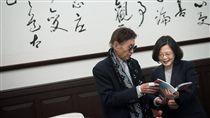 蔡英文總統接見資深主播傅達仁。(圖/翻攝蔡英文臉書)