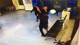 黃男找來2名友人走進急診室大廳,發現許男身影隨即持安全帽痛毆。(圖/翻攝畫面)