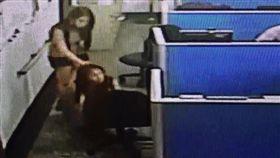 郭母(跪地者)與小女兒(站立者)在警所製作筆錄,她當場急得下跪拜託警員幫忙。翻攝畫面