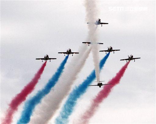 空軍新竹基地25日國防知性之旅營區開放,(21)舉行預校有雷虎小組特技操演、IDF經國號戰機、幻象2000戰機單機特技操演等等精彩內容。(記者邱榮吉/攝影)