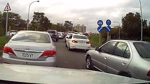 路肩塞車困!百米再開放 駕駛遭罰:設計不良