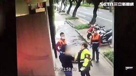 蘇男酒醉路倒在敦化北路巷內,警方獲報後趕抵現場將他叫醒,蘇男竟出拳毆打該名警員,造成警員臉部挫傷,蘇男隨即遭到警員壓制逮捕,訊後依妨害公務罪送辦(翻攝畫面)