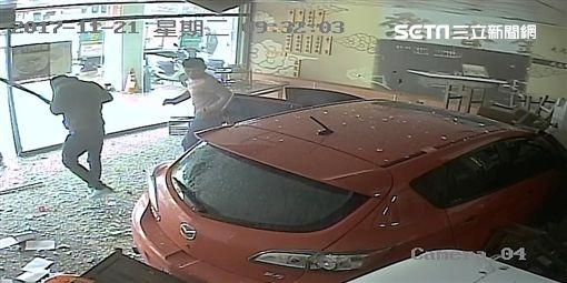 中山聯盟殺警案徐雲漢車禍肇事後步出「金春發」牛肉麵店(翻攝畫面)