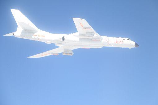 中共轟6戰鬥機穿出巴士海峽跨島鏈訓練國防部22日表示,上午中共計有轟6、運8、Tu-154、IL-78與蘇愷30等各型機,經巴士海峽飛往西太平洋從事跨島鏈訓練。圖為國防部公布的中共轟6戰鬥機照片。(國防部提供)中央社記者呂欣憓傳真 106年11月22日