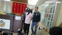 警方逮到縱火嫌犯李國輝。(圖/記者游承霖攝)