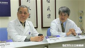 台大醫院大腸直腸外科主任梁金銅(左)與台大醫院外科部醫師吳耀銘(右)呼籲,健保署能盡快將達文西手術納入健保給付,讓更多患者能夠受惠。(圖/記者楊晴雯攝)