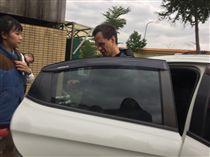 張明華的弟弟趕抵板橋殯儀館時難過地不斷拭淚。(圖/記者陳啟明攝)