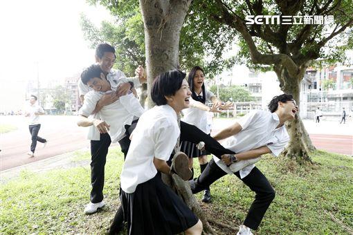 劉以豪在電影中慘遭阿魯巴、丟水池。(圖/星泰娛樂提供)