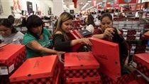 黑色星期五商品優惠,吸引民眾搶購。(圖/翻攝自推特) 黑色星期五,感恩節,美國,購物中心,行銷 https://www.nytimes.com/2017/11/23/business/black-friday-thanksgiving-shopping.html