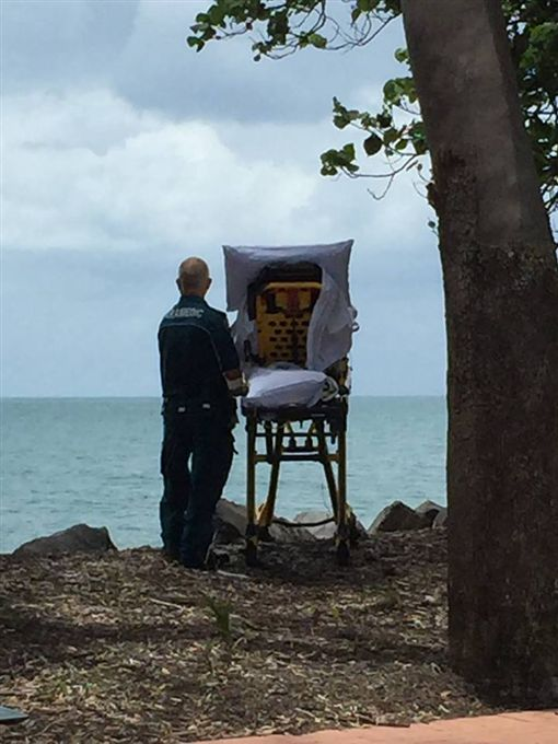 英國,昆士蘭,救護員,病患,看海(圖/翻攝自Queensland Ambulance Service臉書)