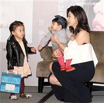 賈靜雯「賈如幸福慢點來」新書記者會,二個萌娃咘咘、波妞首次公開現身,力挺媽媽一舉手一投足,擄獲大家的心。(記者邱榮吉/攝影)