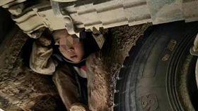 好久沒看到爸媽…2男童蜷曲藏車底 跟著客運車跑3小時 圖翻攝自搜狐 http://www.sohu.com/a/206342810_255783