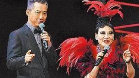 哈林和張小燕一起主持紅白藝能大賞(圖/翻攝自微博)
