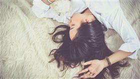 性感,孤獨,孤單,女生,性侵,睡覺,放鬆(圖/pixabay)