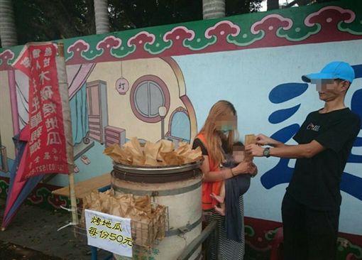 單親媽媽賣地瓜。(圖/翻攝自新竹大小事臉書)