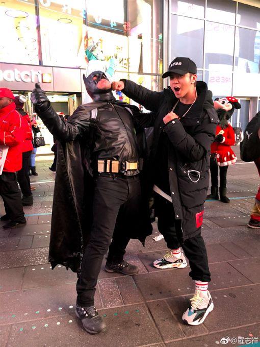 羅志祥搞笑找蝙蝠俠復仇。(圖/翻攝自微博)