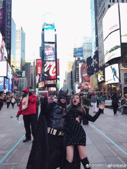 周揚青與蝙蝠俠搞笑拍照。(圖/翻攝自微博)