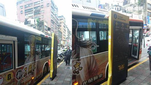 公車司機疑身體不適 失控開上人行道撞看板/翻攝畫面