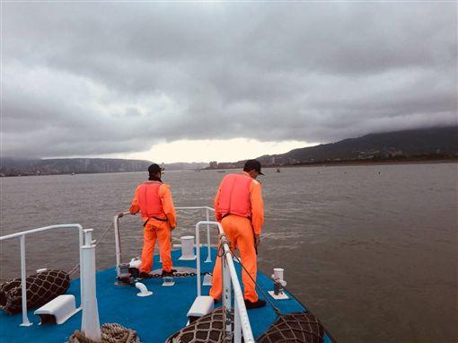 搜救人員沿著淡水河進行搜救。(圖/翻攝畫面)