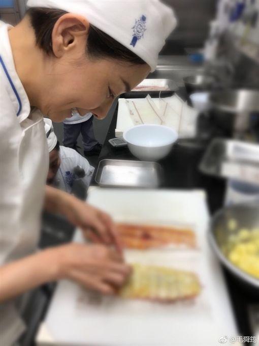 毛舜筠在巴黎進修攻讀藍帶廚藝文憑。(圖/翻攝自毛舜筠微博)