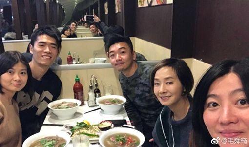 毛舜筠(右二)在巴黎進修攻讀藍帶廚藝文憑。(圖/翻攝自毛舜筠微博)
