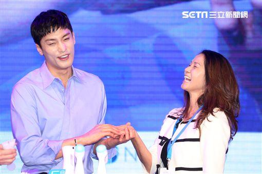 韓星成勛來台貼心的為粉絲護膚大方自拍,現場High翻天。(記者邱榮吉/攝影)