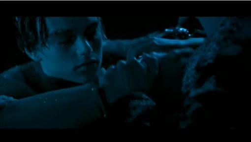 電影鐵達尼號最後傑克凍死在海裡,蘿絲將他沉入海中的那刻,讓不少影迷掉下眼淚。(圖/翻攝Nathan Walker YouTube)