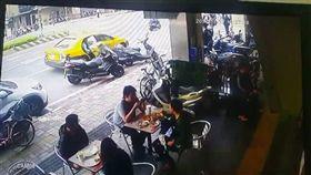 女乘客突然開車門下車,害後方騎士摔車(翻攝自爆料公社)