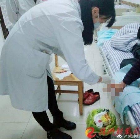 男子遭毒蛇咬傷,送醫接受治療(微博)