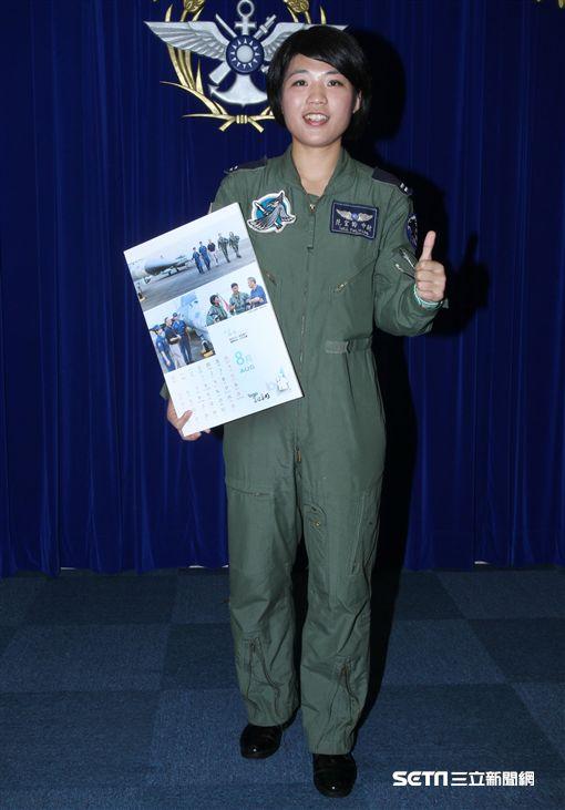 國軍107年月曆找網紅、最好的選擇安唯綾、正妹空服員、正妹護理師以及四四三聯隊IDF飛官范宜鈴記者邱榮吉攝