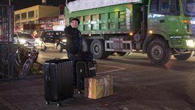 北京市強力清違建 弱勢民眾的眼淚(1)北京市安委會決定自11月20日起,在全市開展為期40天的安全隱患大排查、大清理、大整治專項行動,引來藉機驅趕外來人口的質疑。圖為一名男子24日帶著行李站在公寓門前的路邊。(中新社)中央社  106年11月26日