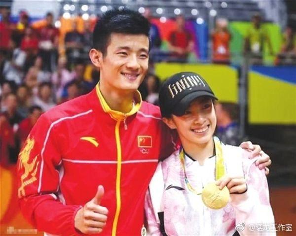 ▲諶龍(左)在里約奧運拿下男單金牌,女友王適嫻在旁激動落淚。(圖/翻攝自諶龍微博)