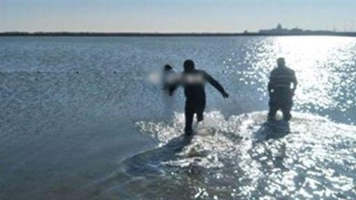 妹子失戀想跳海!走到一半被淤泥卡住 獲救後「不想死了」(圖/翻攝自光華網)