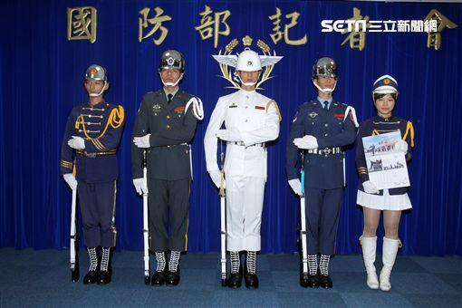 國防部發表國軍107年形象月曆。(記者邱榮吉/攝影)