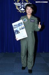 國防部發表國軍107年形象月曆,四四三聯隊飛官范宜鈴。(記者邱榮吉/攝影)