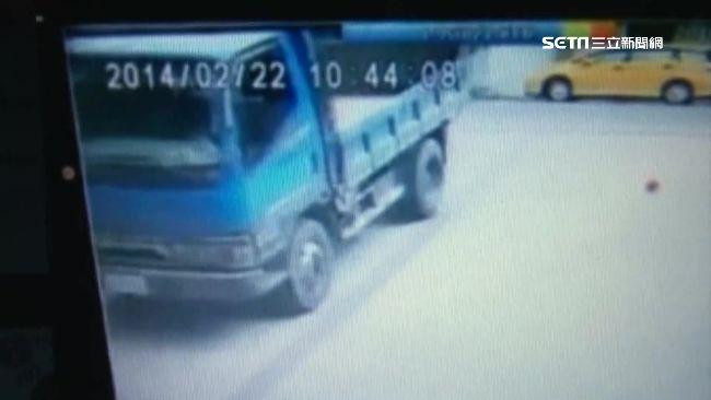 老司機忘記拉手剎車撞死自己 家屬求償路邊違停車主