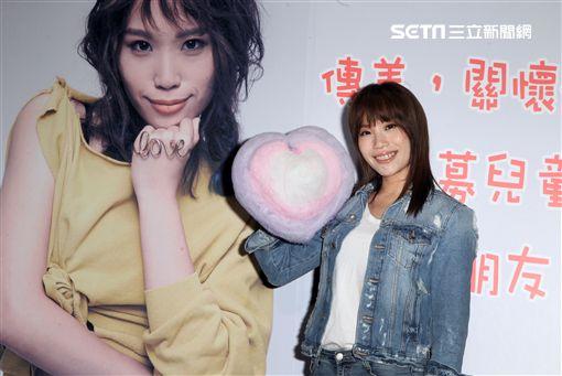 呂薔擔任愛心大使現場製作棉花糖給小朋友。(記者邱榮吉/攝影)