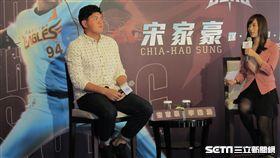 ▲東北樂天投手宋家豪(左)媒體見面會,右為體育主播李逸涵。(圖/記者蕭保祥攝)