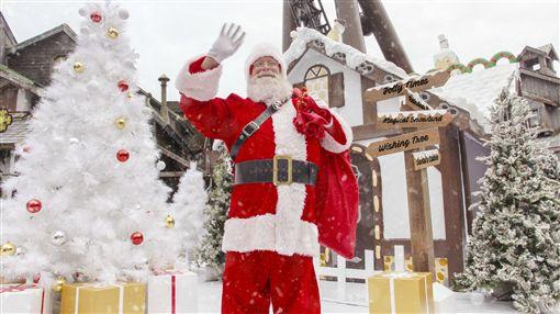 耶誕節又快到了!位於新竹的六福村主題遊樂園,今年全新打造「夢幻白雪耶誕村」,包括擁有幸福力量的魔幻耶誕森林,飄著白雪,雪精靈、雪天使翩翩起舞,還有來自北極的耶誕老公公乘著雪橇驚喜現身。即日起至明年1月1日,可以在浪漫的銀白耶誕村內,零距離、見見真正的耶誕老公公,還有機會能親手收到耶誕老公公送的禮物,以及和耶誕老公公一起享用耶誕大餐,體驗特別的耶誕節。